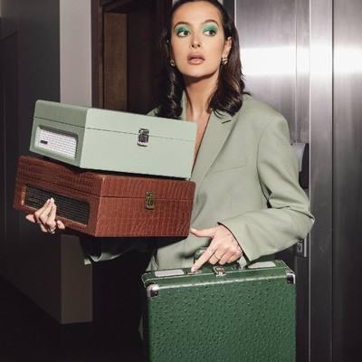 NAUJIENOS! By Karolina Meschino X Phono.lt🔥🔥   Atraskite tikrą meilę muzikai iš naujo su PHONO.LT PATEFONAIS! 💕 🎶  Mes prisidedame prie misijos skleisti muziką ir pristatome Jums išskirtinio dizaino vinilinių plokštelių grotuvus 🥰💕  Klasikinio stiliaus įkvėpta patefonų estetika taps jūsų namų akcentu, o švarus, puikios kokybės skambėjimas leis pasijusti tarsi nuostabioje garsų terapijoje 🎶   #bykarolinameschino @phono.lt