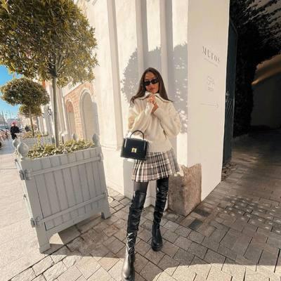 Klostuoti sijonai į trasą! 🥳🤍  Mini ilgis išryškins jūsų figūrą, puikiai derės prie jaukių megztukų ir ilgaaulių batų. 🎀🌟   Rudens spintą papildykite klasika tapusiais languotais sijonais ✨Atraskite www.karolinameschino.com   #bykarolinameschino