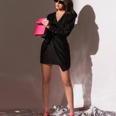 """Pritrenkianti suknelė ir ryškūs aksesuarai - daug nereikia, kad žandai raustų nuo komplimentų lavinos 🌟☺️   Rinkis klasiką - juoda suknelė """"Vanessa"""" lengvai ras kompromisą su kitomis Tavo spintoje karaliaujančiomis spalvomis 🔥💗  #bykarolinameschino"""
