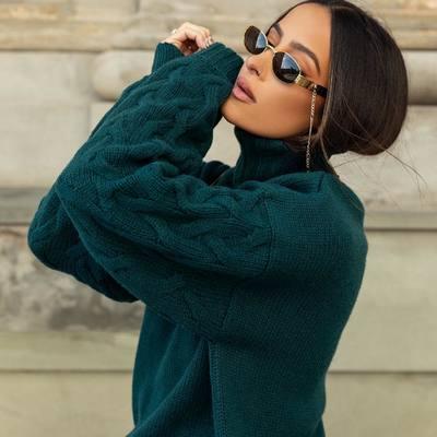 Mes neįsivaizduojame rudens garderobo be jaukaus ir didelio megztinio.🤭😍✨   Sodri žalia suteiks charakterio jūsų įvaizdžiui 🪐, o puiki merino vilnos ir kašmyro sudėtis privers įsimylėti šį megztinį iš pirmo prisilietimo. 🥂❤️🔥  Ekskliuzyvinę megztinių kolekciją rasi www.karolinameschino.com ✨  #bykarolinameschino