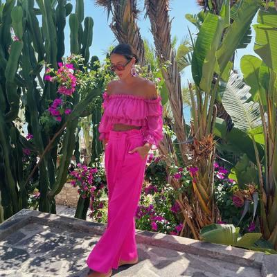 SUPER DUO 🌟💓 🌸  Crop top DRAGON FRUIT & kelnės PORTOFINO 💘  Medžiojančioms šio sezono karščiausias tendencijas - plačios, laisvo kritimo rožinės kelnės aukštu liemeniu ir romantiško silueto palaidinė su raukiniais! 🌟  #bykarolinameschino