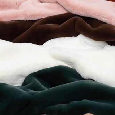 """Pirk vieną – gauk du! 🐨🍑  Paskutinė galimybė įsigyti mūsų šaltojo sezono bestselerį – """"KOALA"""" kailinukus! ➕ užsakymą nemokamai papildys persikais kvepianti savaitės naujiena – kūno sviestas """"Persikų Bučkiss""""! 🐨💗  Išskirtinis pasiūlymas startuoja DABAR ir galios tik iki Kovo 1 dienos! 🤭✨  #bykarolinameschino"""