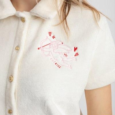 """CUPID IN LOVE 🏹  Pabuskime apglėbti neapsakomo švelnumo ☁️💗🥛   Pižamą """"Cupid in love"""" sudaro dvi dalys: itin jaukūs marškinėliai ir šortukai ✨   www.karolinameschino.com rasite visus reikiamus dydžius: S, M ir L! 🌟  #bykarolinameschino"""
